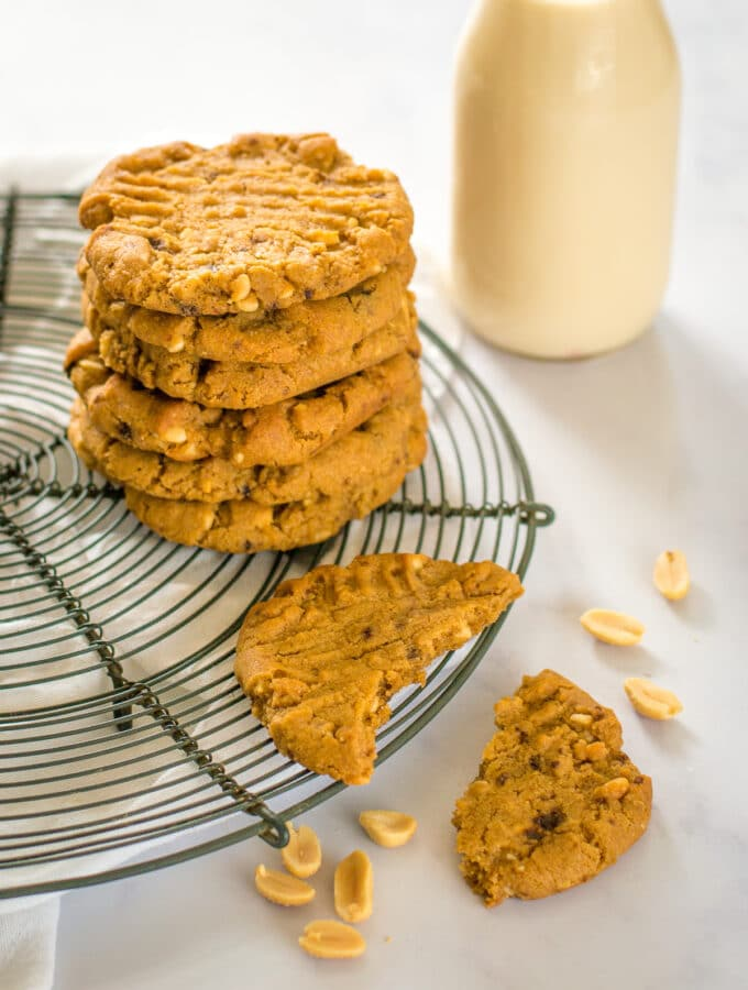 A pile of vegan cookies